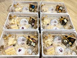 Contents: Rebecca's Gift Pack (x6) Rebecca's Fudge Sarnia Scents Coconut butter Sarnia Scents Lip Balm Sarnia Scents Hand & Foot Lotion Sarnia Scents Bath Bomb Golden Guernsey Goat Soap
