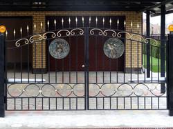 Применение барельефа на воротах