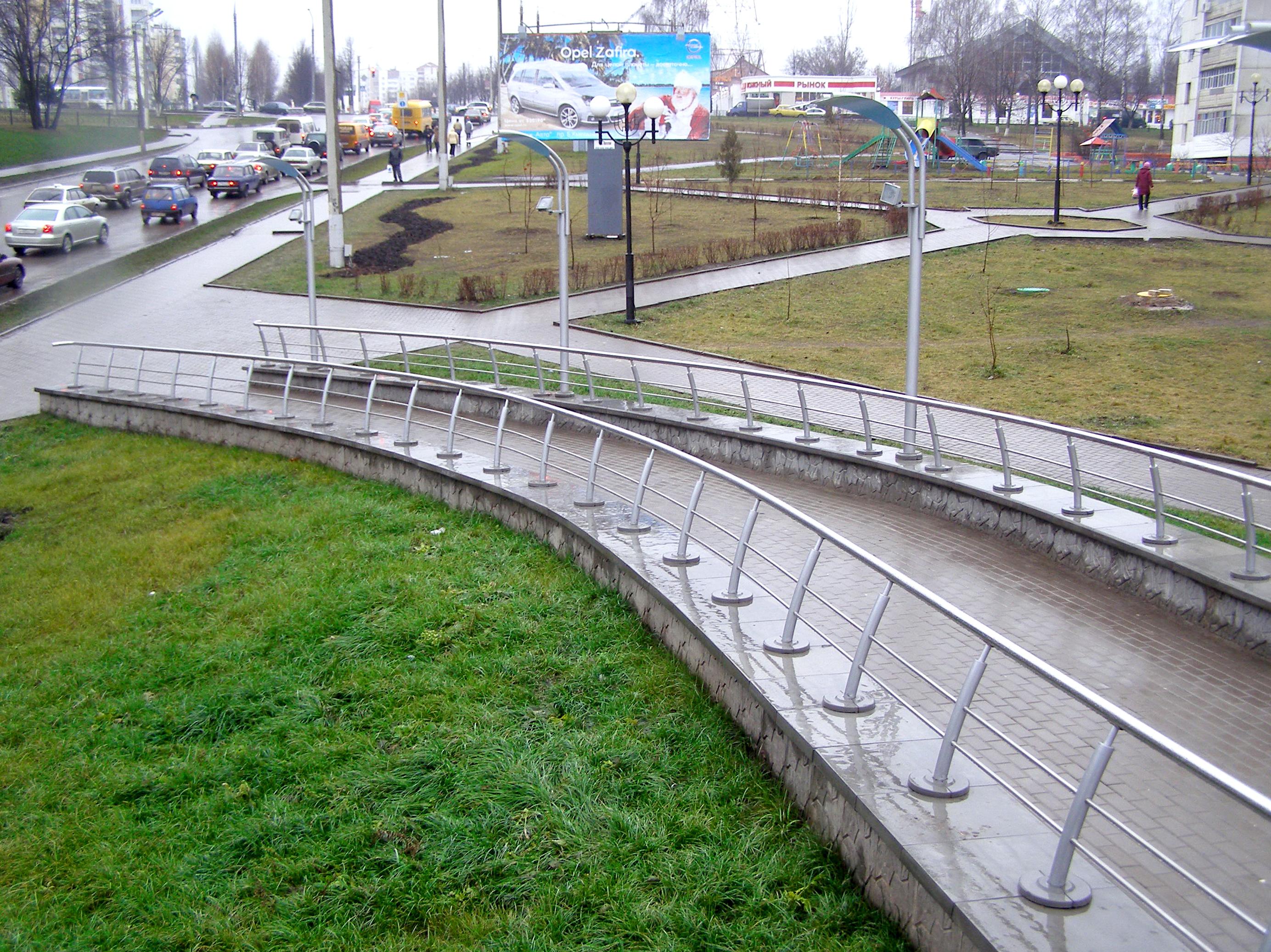Поворотные парапетные плиты на пешеходном переходе