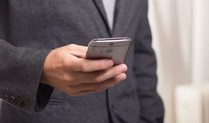 Man-holding-a-smart-phone
