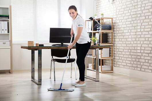 Cleaner limpiando oficina