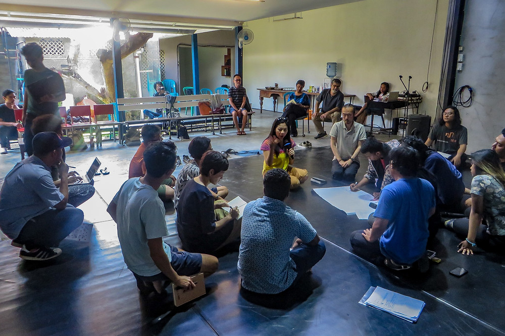 Photo: Post-workshop discussion during the dramaturgy laboratory of the theatre group.