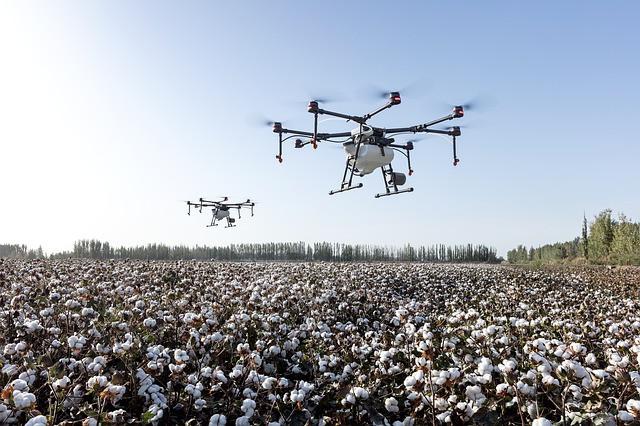 Drohnen fliegen über die Felder