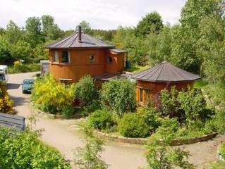 Dans ce village écologique, des maisons en fûts de whisky !