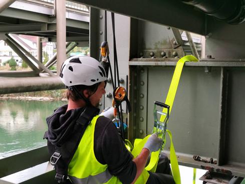 Seilarbeit:  Reparatur und Kontrolle der Lindapterverschraubung von Brücken Befahranlage
