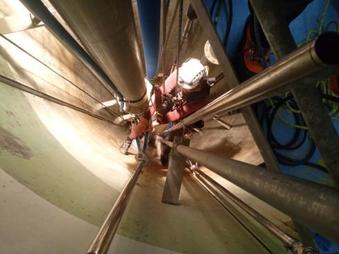 Industriekletterer: Montage von Edelstahlrohr Messleitung in Trinkwasser Pumpwerk