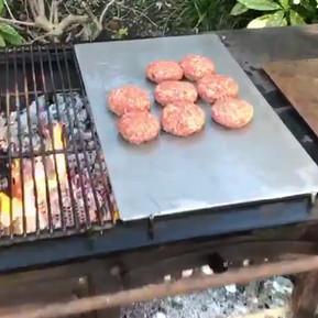 Grill mit Burger-Platte und Grillrost