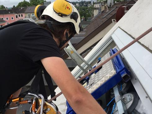 Höhenarbeit: Inspektion und Reperatur von Dachfenster