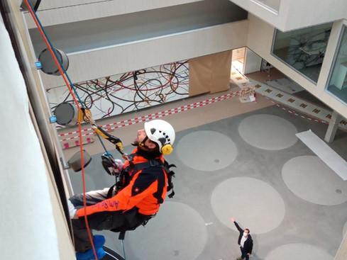 Höhenarbeit: Montieren und ausrichten von Spot Lampen im Atrium des neuen Firmensitzes von Selmoni