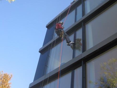 Inspektion einer Glas/Stahl Fassade