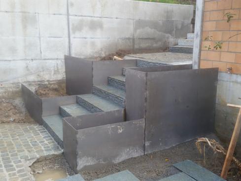 Treppenverkleidung aus Stahlblech rostend