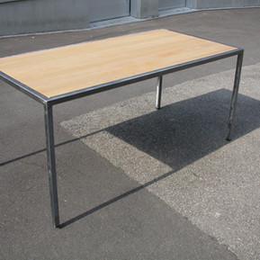 Stahl Tisch mit Holzeinlage roh lackiert