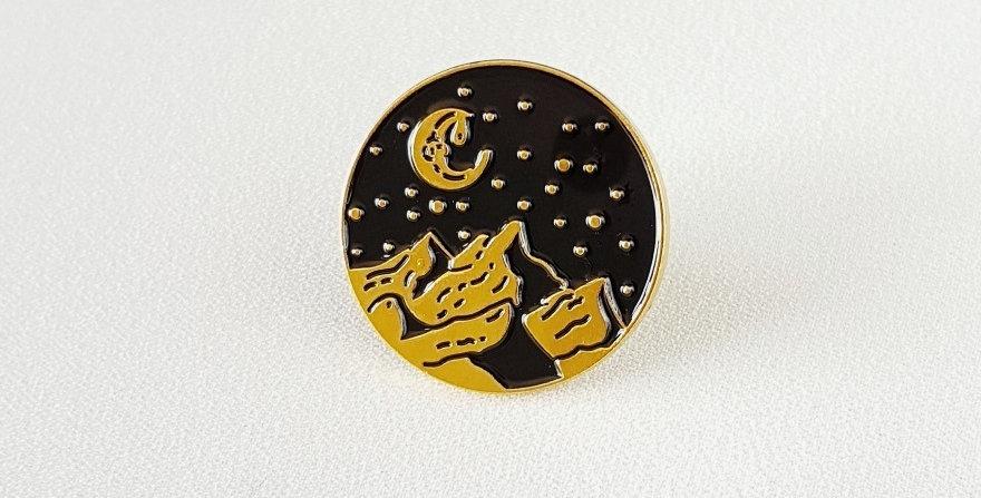 "Pin ""Hiking in the stars""(złoty)"