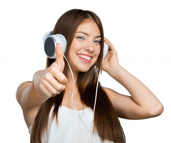 mujer-joven-feliz-escuchando-musica-auri