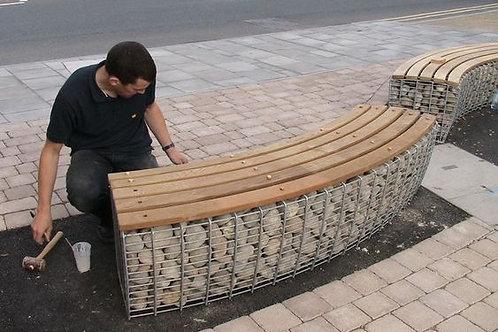 Butaco curvo en madera y píedra gabionada