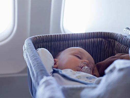 Prendre l'avion avec un nourrisson : préparation et conseils