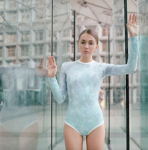 Fille entre les murs en verre