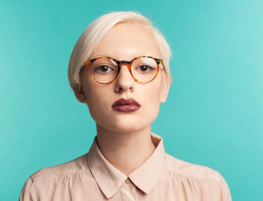 Une femme portant des lunettes