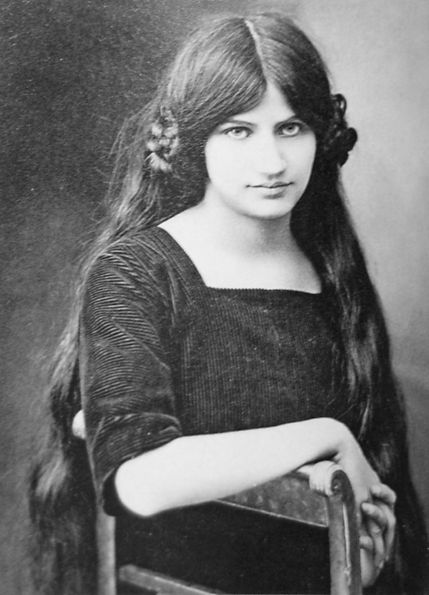 1916-jeanne-hebuterne-at-19-years-photo.