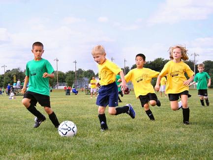 Děti, které sportují a chodí do kroužků, se podle studie cítí lépe