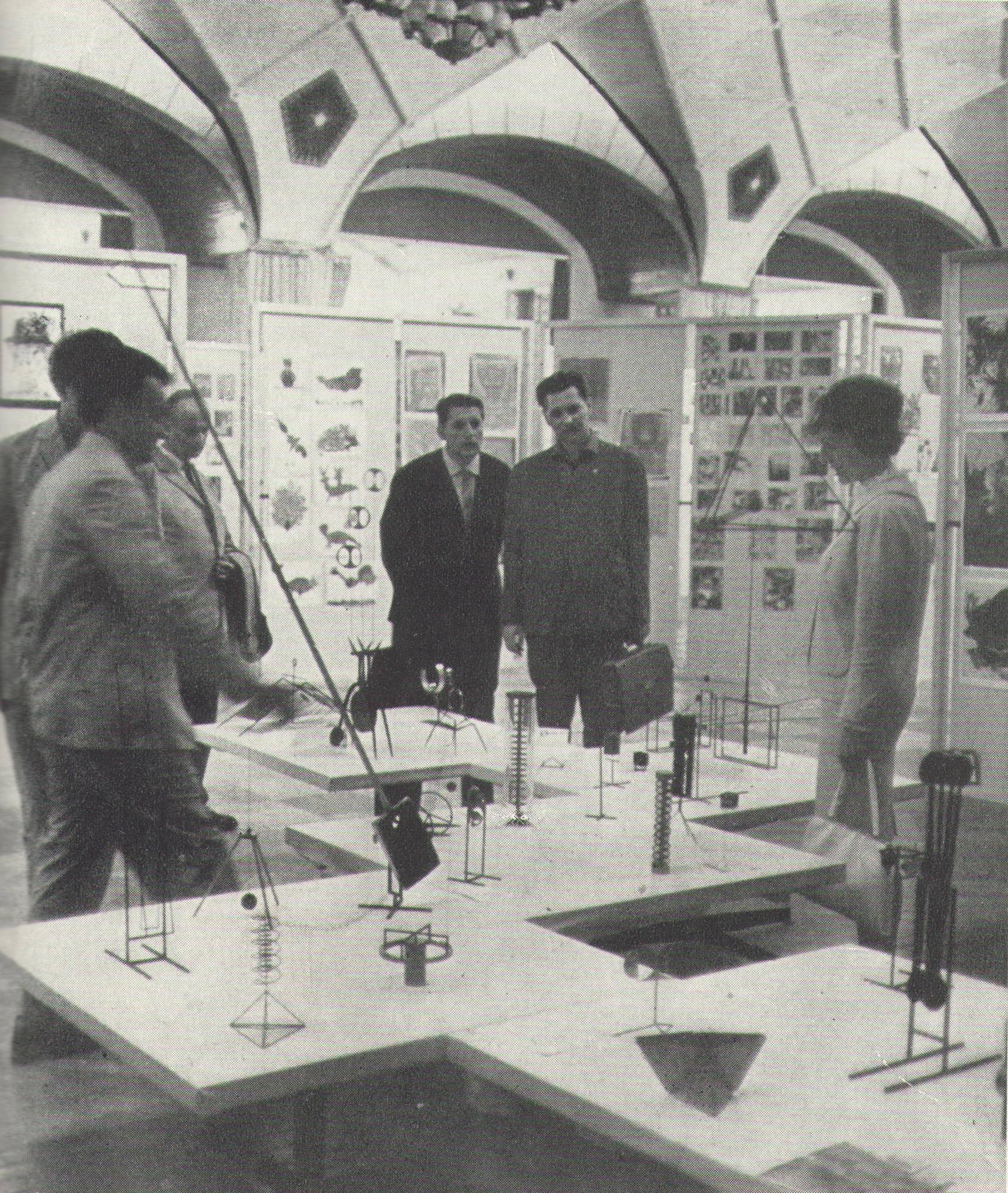 Účastníci kongresu před expozicí mobilních objektů prof. W. Gailise