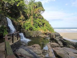 Praia do Iporanga, onde a cachoeira deságua no mar