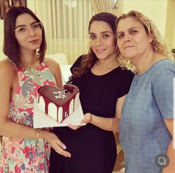 עינב ומשפחתה עם עוגה להפרשת חלה