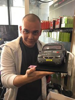 דני עם עוגה בצורת רכב ליום הולדתו
