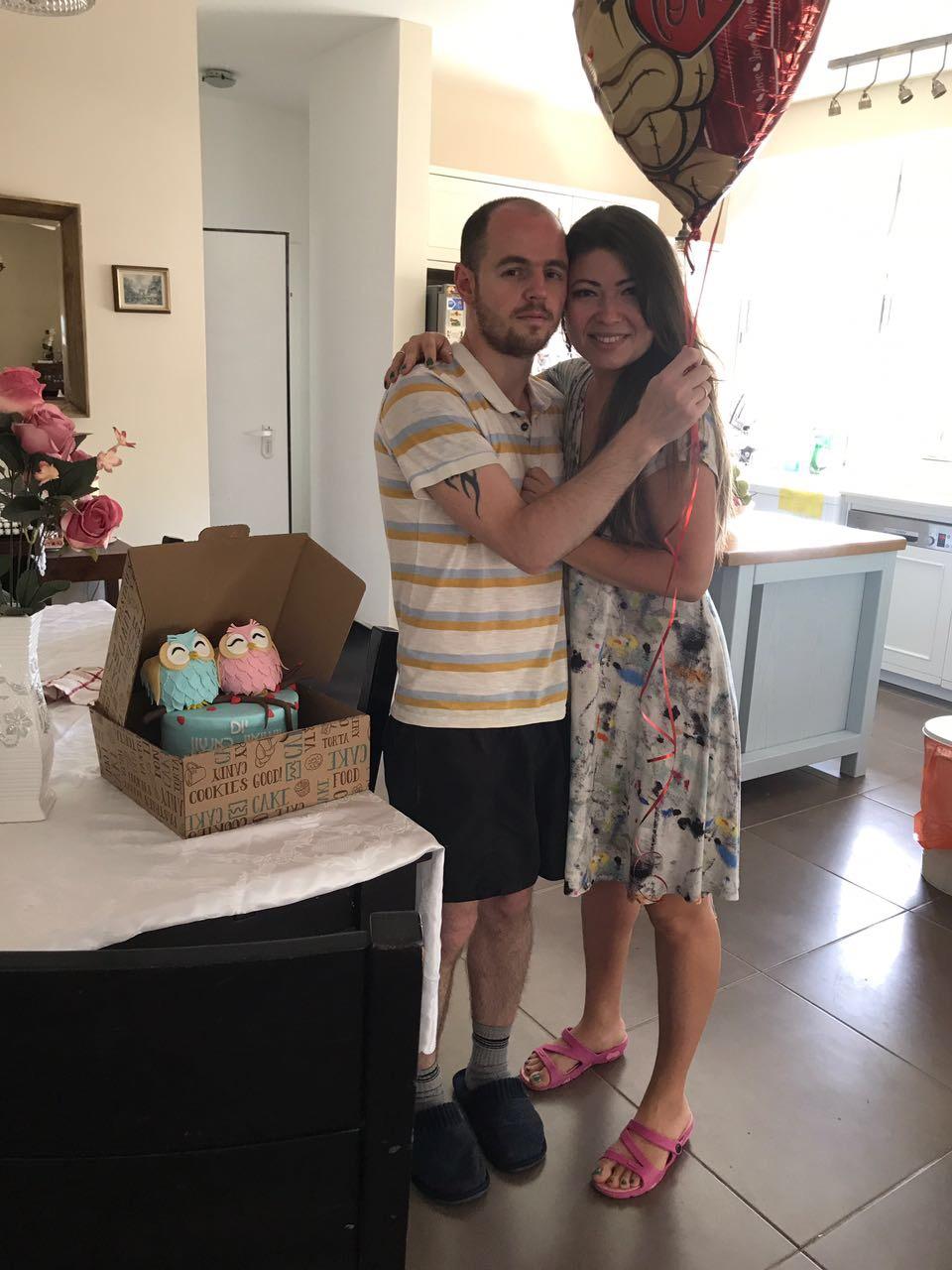 מישה קירקיל ואישתו עם עוגה ליום נישו