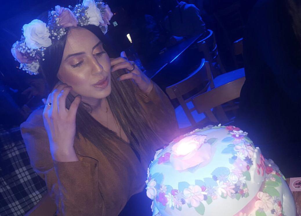 רחלי עם עוגת פרחים
