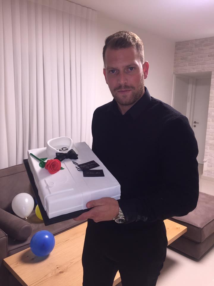 אור היקר עם עוגת יום הולדת ממותגת