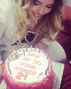 שי היקרה עם עוגת יום הולדת