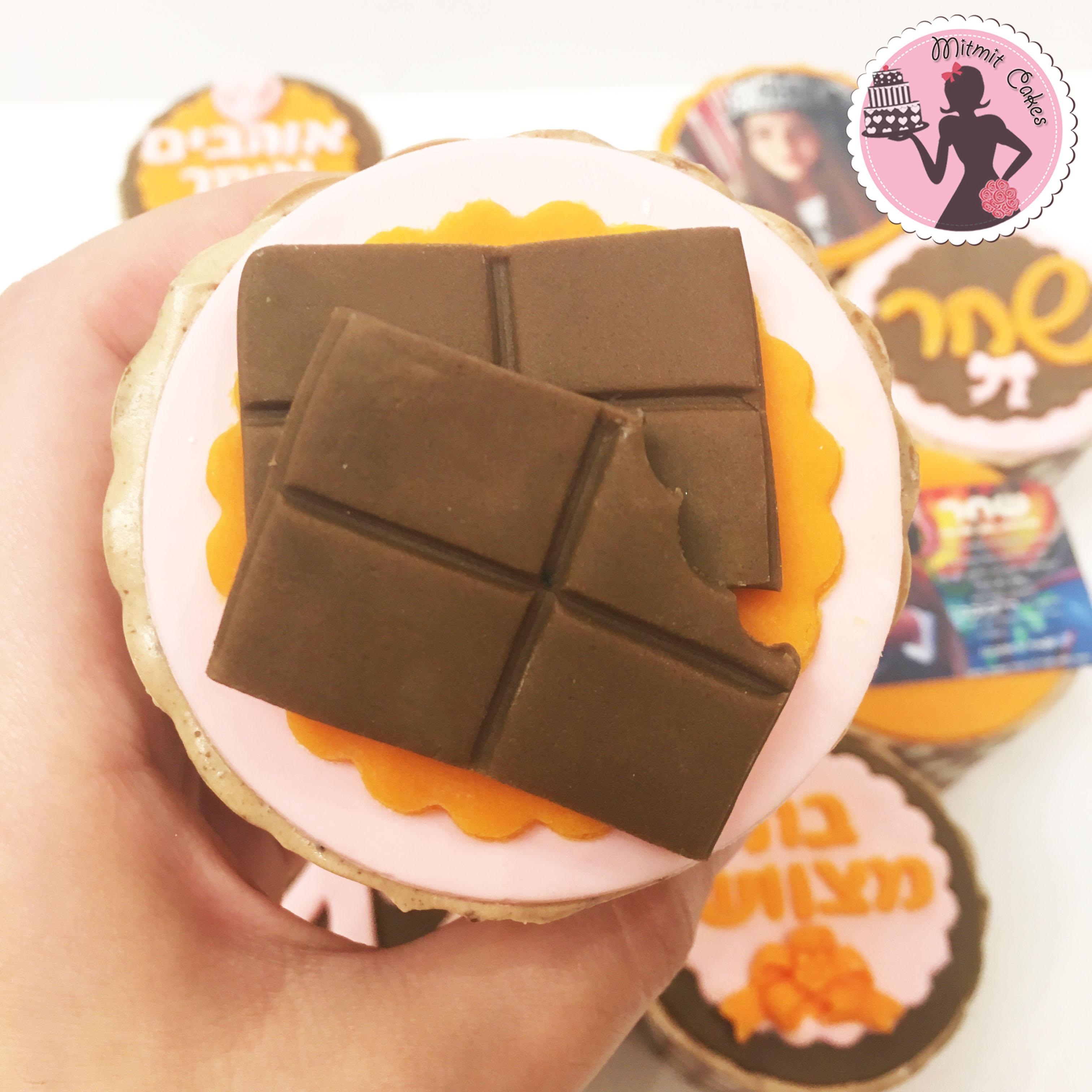 פיסול קוביות שוקולד על קאפקייק