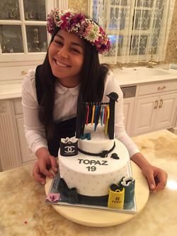 טופז המקסימה עם עוגת יום הולדת ארון