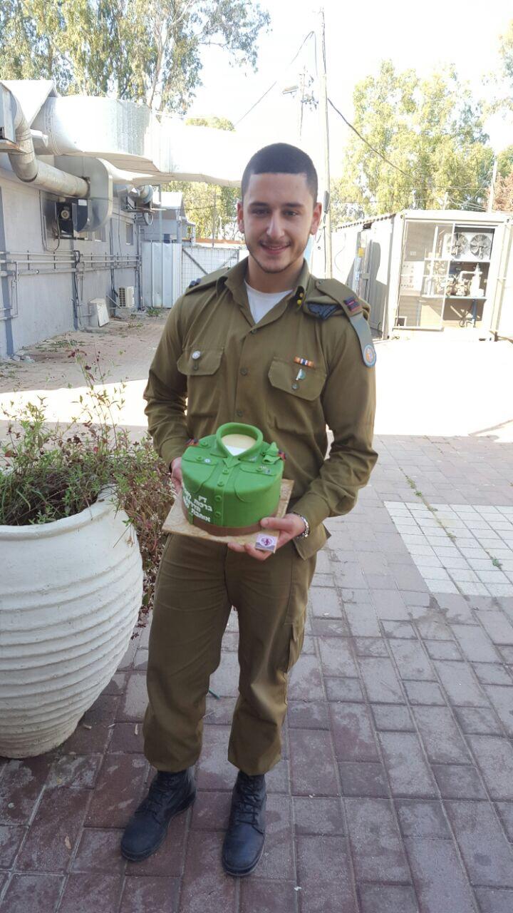 דין היקר עם עוגה לקבלת דרגה