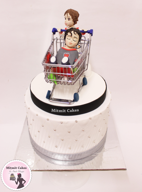 עוגה עם דמויות אנושיות