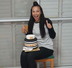 לקוחה מרוצה עם עוגת יום הולדתה