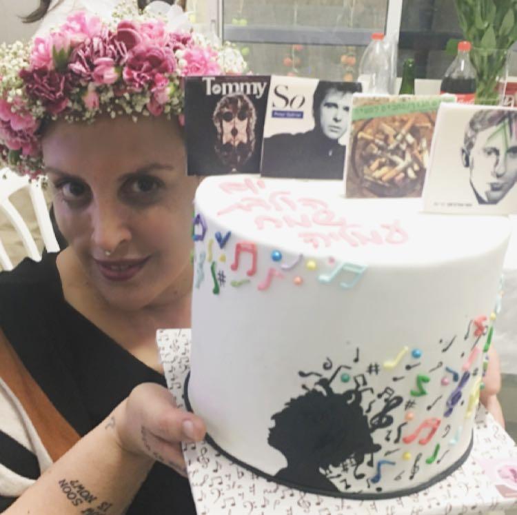 עמליה עם עוגת יום הולדת מוזיקה