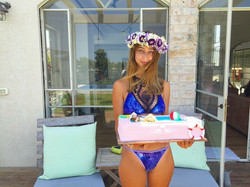 ליאור עם עוגת מסיבת בריכה