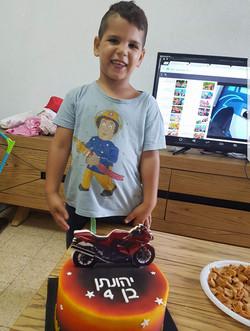 יהונתן עם עוגת יום הולדת
