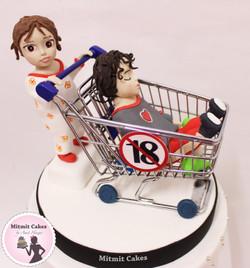 עוגה ילדה בתוך עגלה