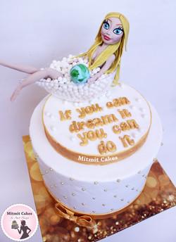 עוגת בובה בתוך אמבטיה