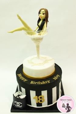 עוגה בובה בתוך כוס מרטיני
