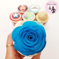 פרח כחול על קאפקייקס