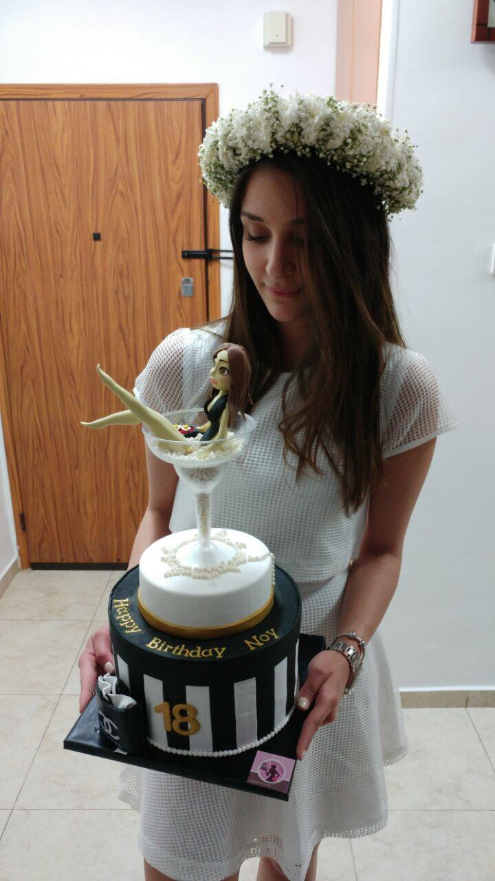 נוי המהממת עם עוגת יום הולדתה 18