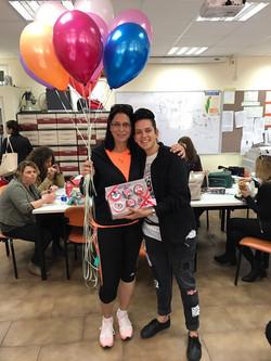 עדי ואמה עם מארז קאפקייקס ליום הולדת