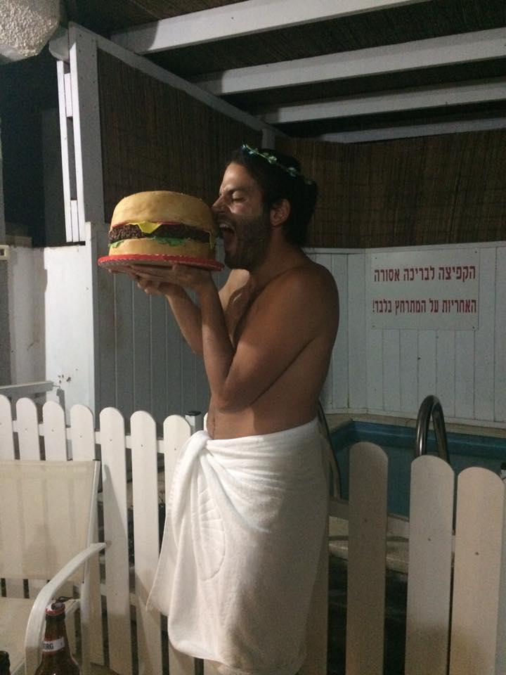 חן היקר עם עוגת המבורגר