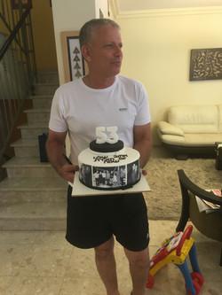 שלומי עם עוגת יום הולדת לגיל 53