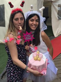 לימור עם עוגת מסיבת הרווקות שלה