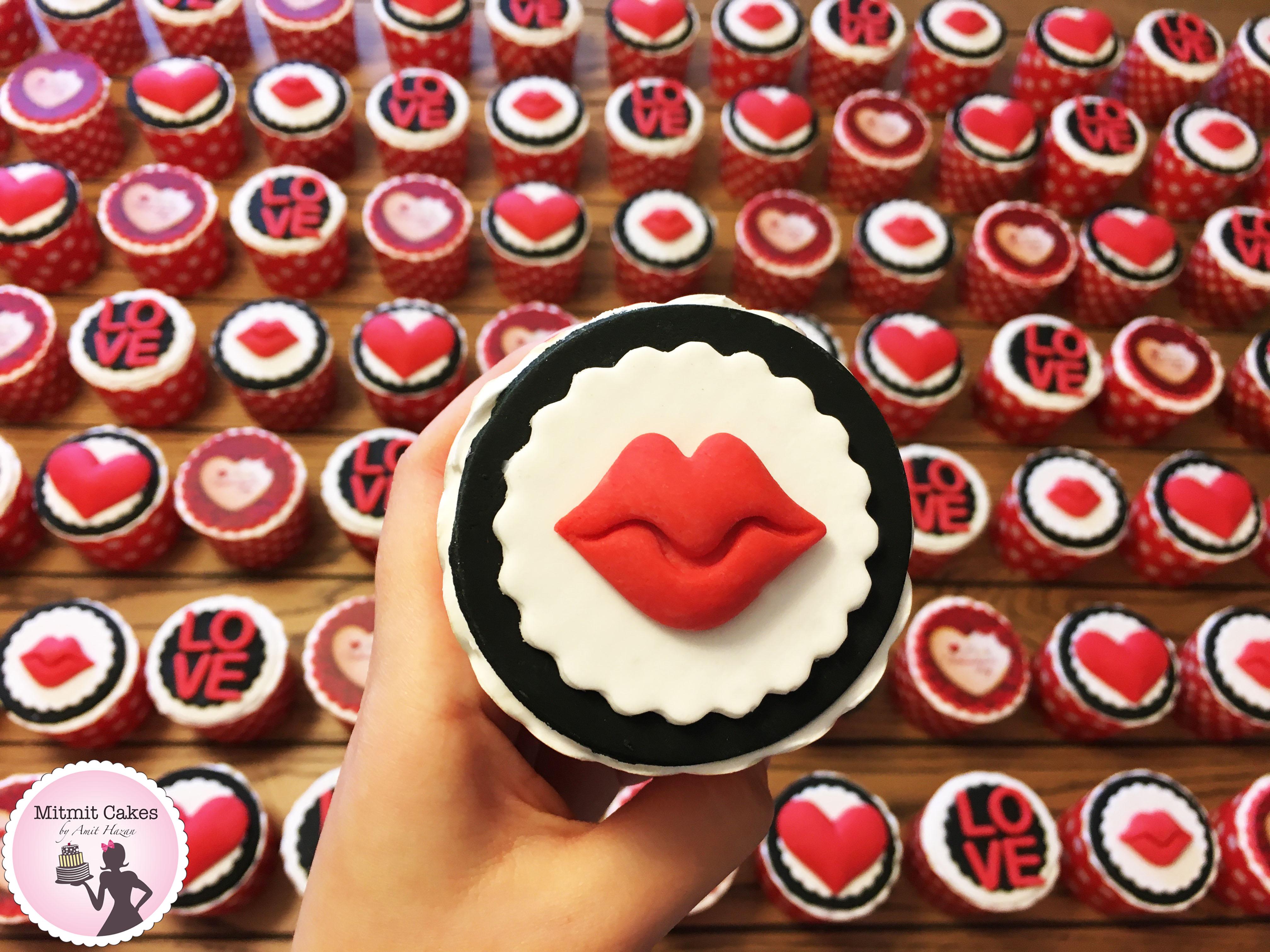 פיסול נשיקה על קאפקייקס ליום האהבה
